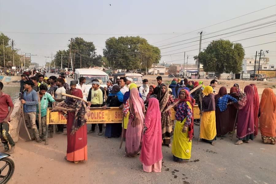 शराब ठेके में आदिवासियों ने लगाई आग, श्योपुर- राजस्थान हाइवे पर किया चक्काजाम