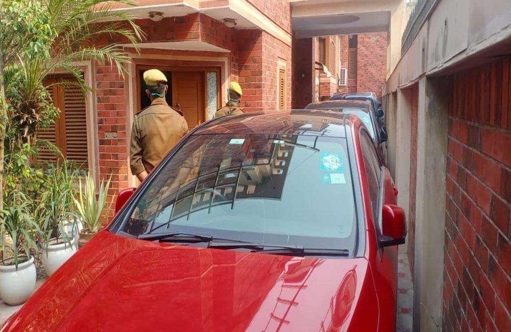बिजनौर बसपा सांसद मलूक नागर के आवास पर इनकम टैक्स विभाग के अधिकारियों ने मारा छापा