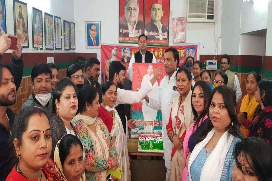 सपा कार्यकर्ताओं ने केक खिलाकर मनाया मुलायम सिंह यादव का जन्मदिन