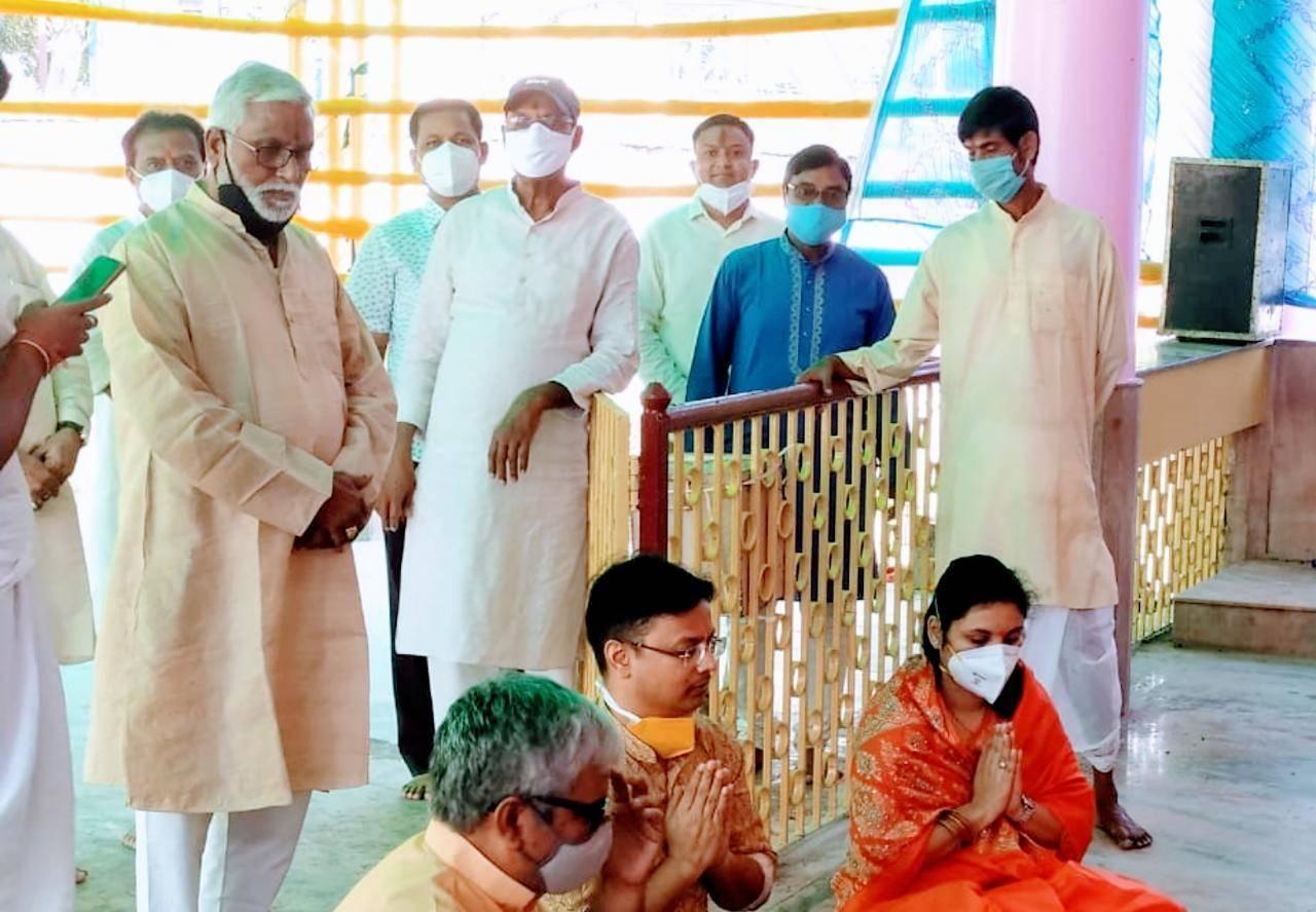 डीसी ने धर्मपत्नी के साथ की मां दुर्गा की पूजा अर्चना