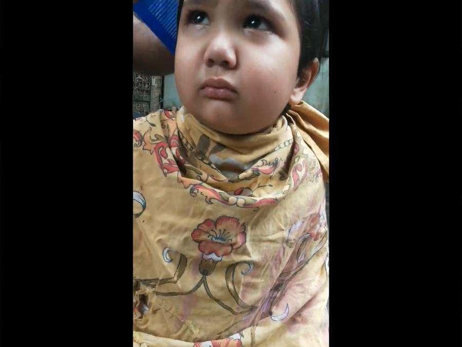 बाल कटवाते हुए फूटा बच्चे का क्रोध, नाई को दे डाली ऐसी-ऐसी धमकियां, देखें VIDEO