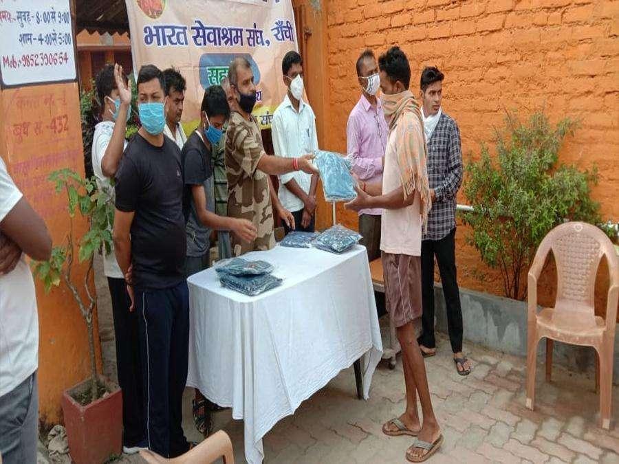 भारत सेवाश्रम संघ ने 151 जरूरतमंदों में निशुल्क कपड़ा का किया वितरण