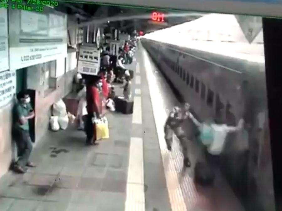 फिल्मी स्टाइल में चलती ट्रेन पकड़ रहा था युवक, नतीजा..देखें VIDEO