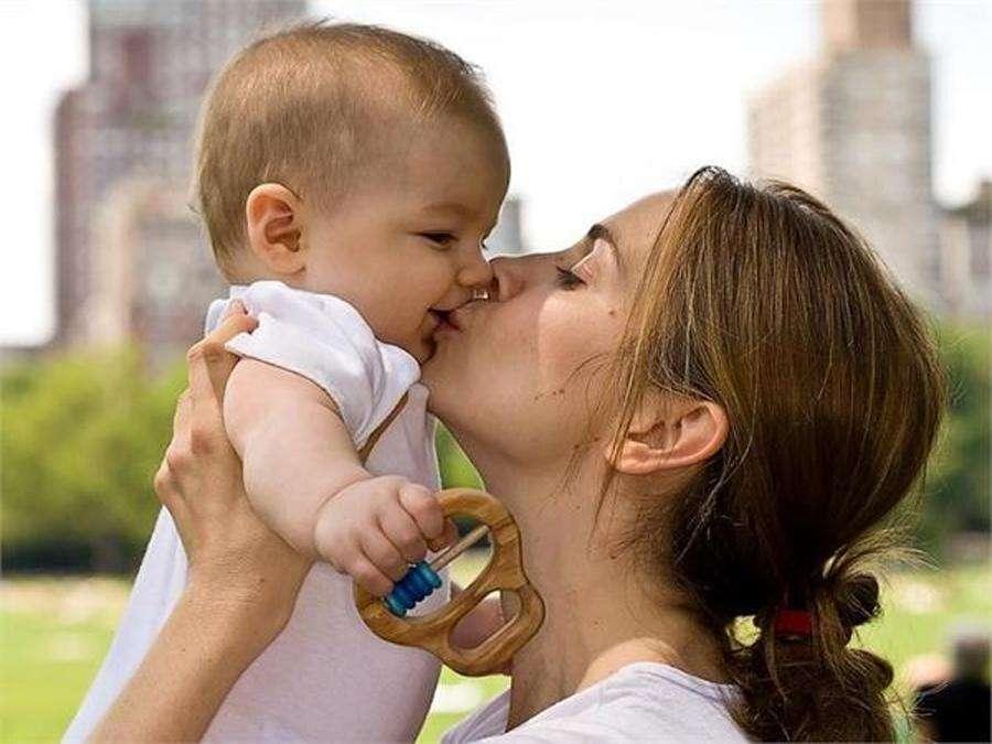 शिशु को किस करते वक्त रखें इन जरूरी बातों का ध्यान, वरना...
