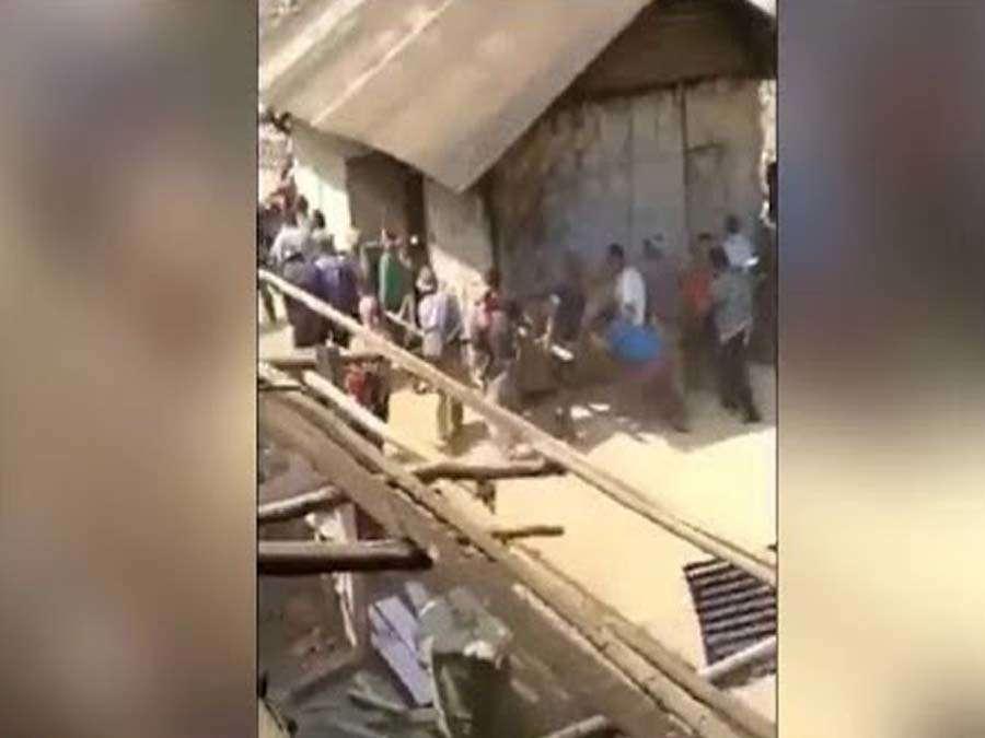 जब गांव के लोगों ने मिलकर हाथों से उठा लिया पूरा घर, देखें Video
